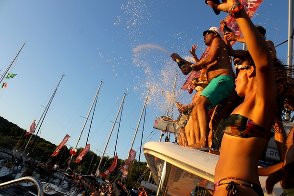 alex_saint_travelettes_sailinghr_champagne_shower-HOW TO CHOOSE YOUR NEXT TRAVEL DESTINATION 1