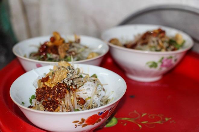 Mussel noodles (bun hen)