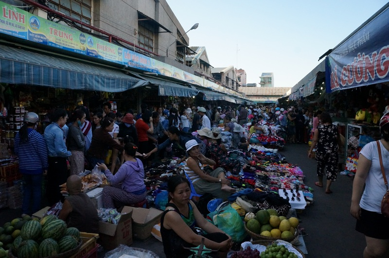 Busy atmosphere of Con market. Photo: dananghoian.com