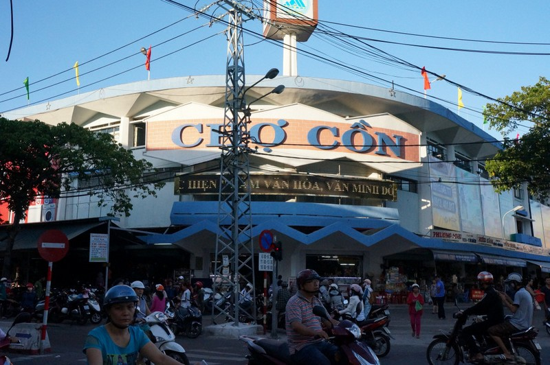 Con market is the biggest shopping area in Danang city and in the central regions. Photo: dananghoian.com
