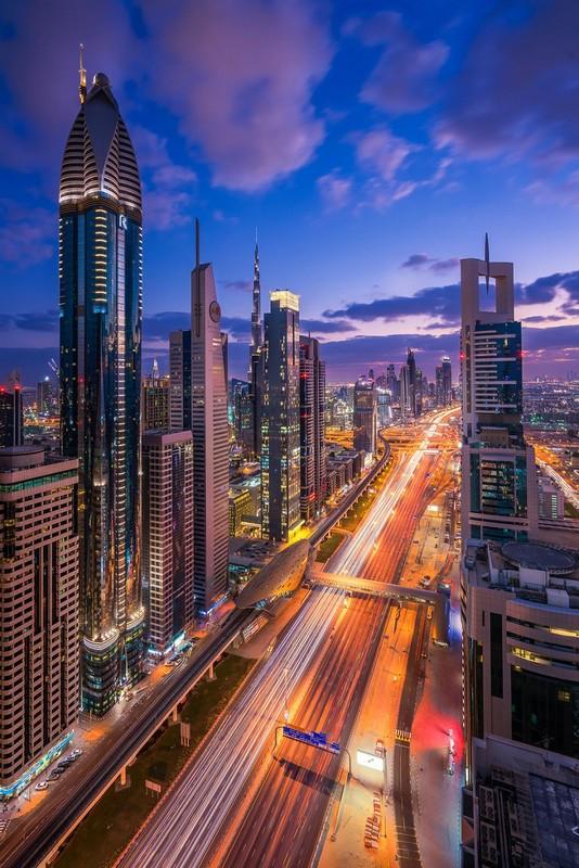 dubai-city-view-at-night-like-in-a-sci-fi-film