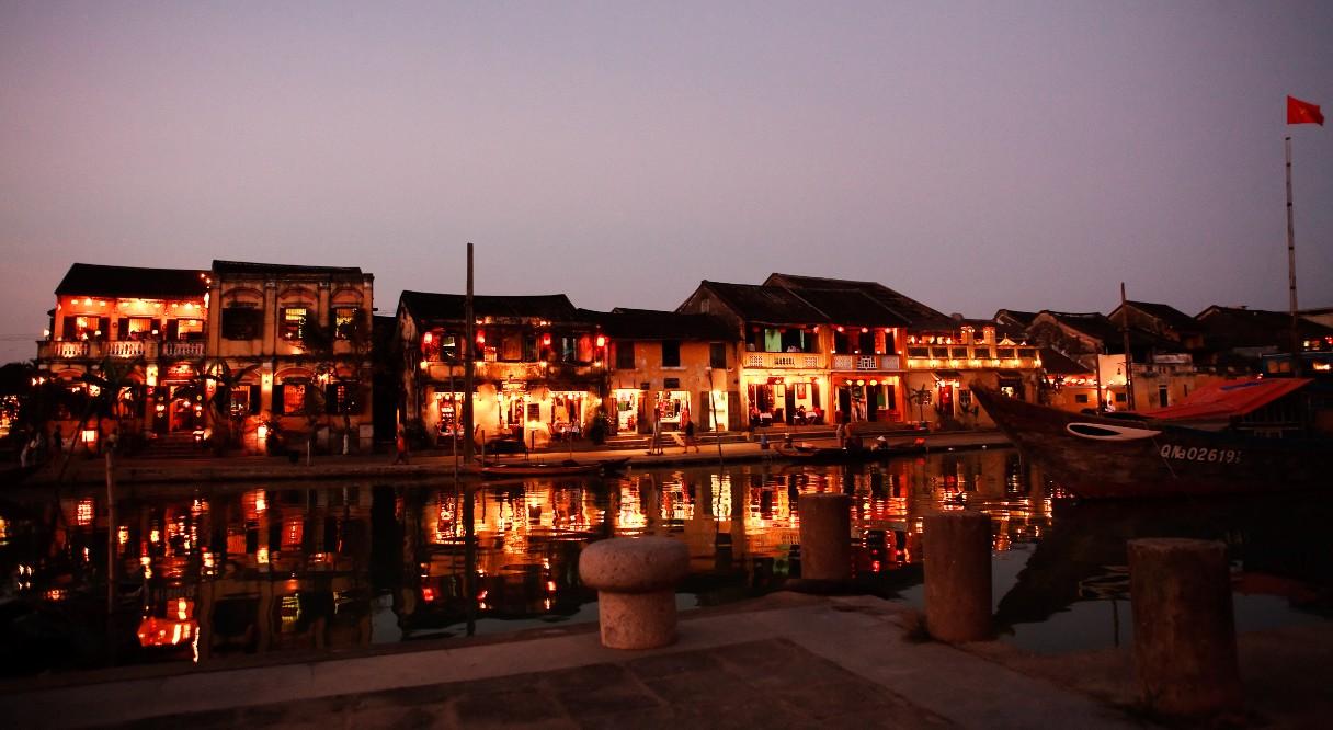 hoi an ancient town at night beside thu bon river