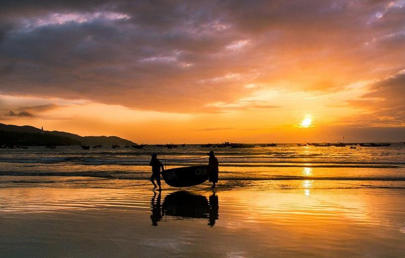 Fishermen on My Khe beach. Photo: Jimmy Tran/shutterstock