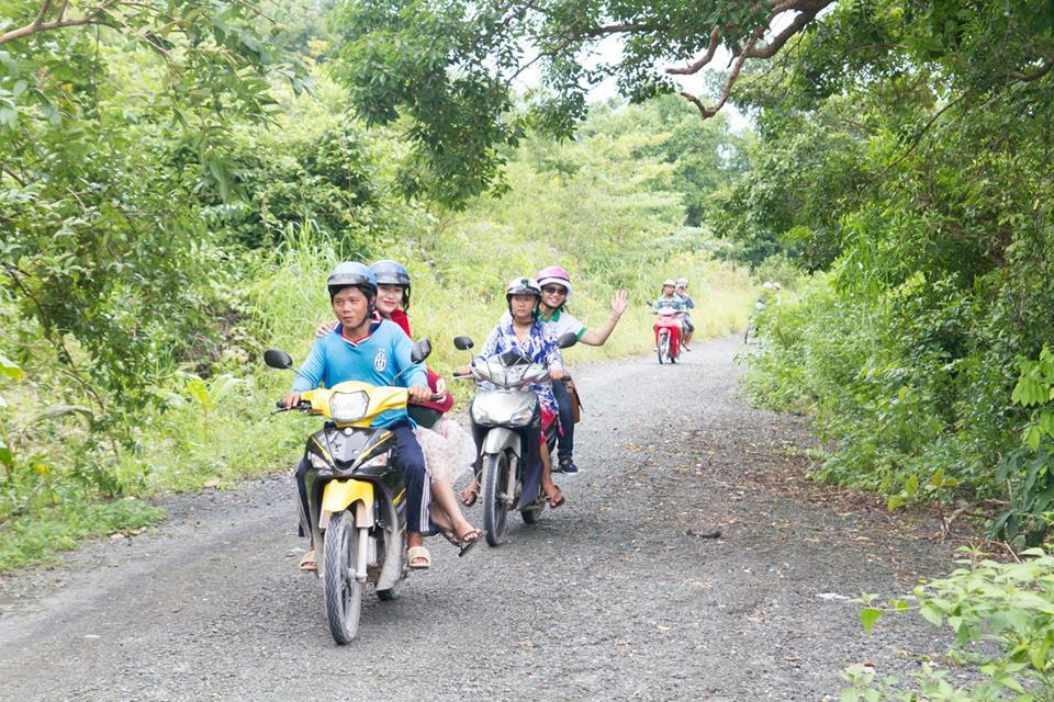You can hire xe om (motorbike-taxi) in the islands, or rent motorbikes to travel conveniently. Photo: Phong Vu Nam Du