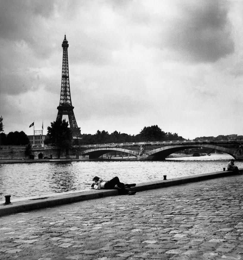 Kissing near the Eiffel Tower. Photo: Robert Capa / Magnum Photos