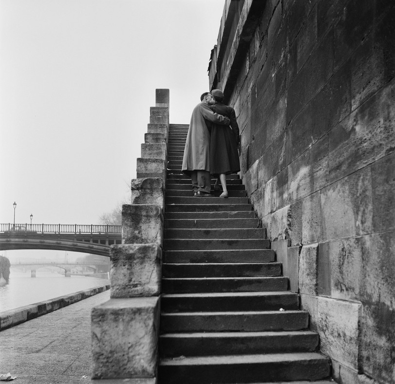 A courting couple kissing on the steps on the bank of the river. Photo: Fred Van Schagen / BIPs / Hulton Archive / Getty Images