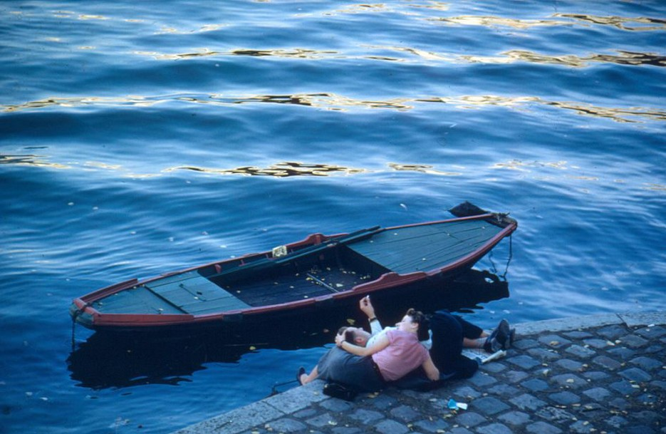 Lovers on the quayside beside the Seine. Photo: Ernst Haas / Getty Images