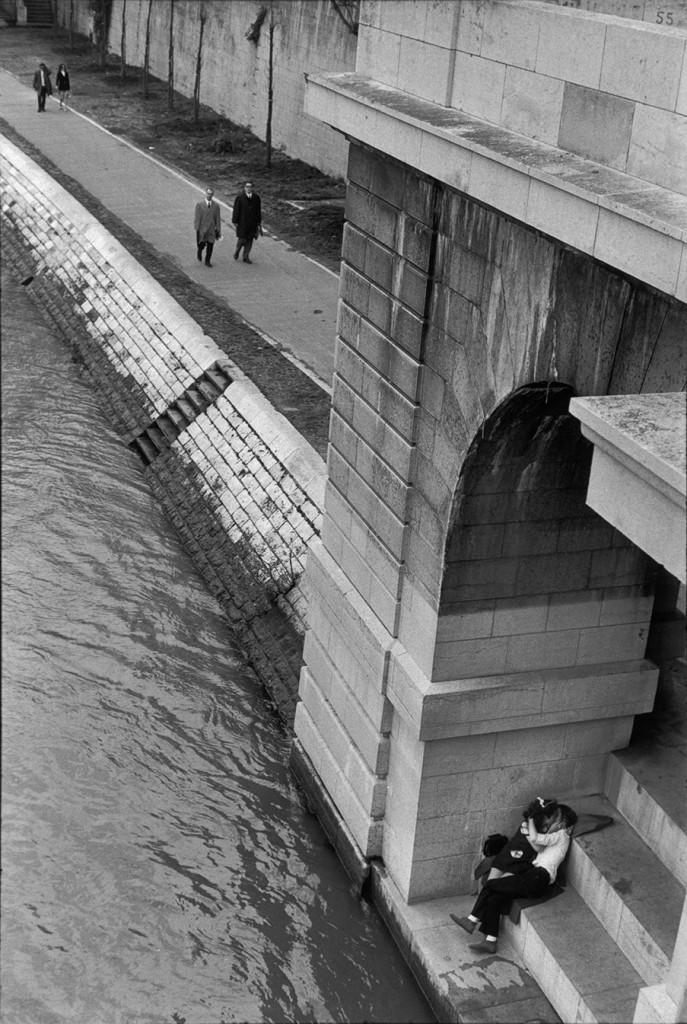 A couple in a hidden nook near the river. Photo: Henri Cartier-Bresson / Magnum