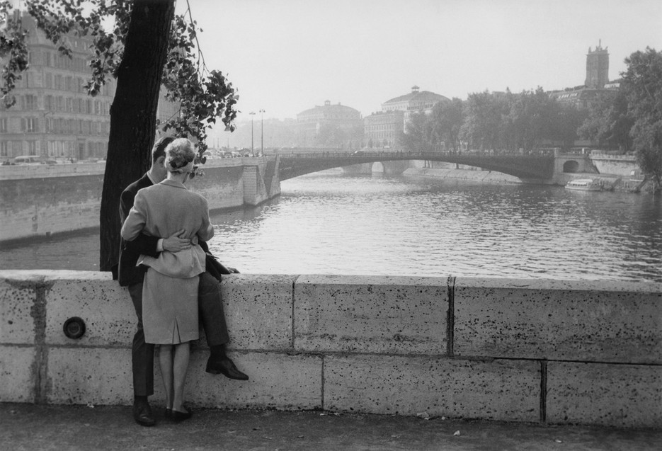 Lovers on one of Paris's many bridges. © Ian Berry / Magnum Photos