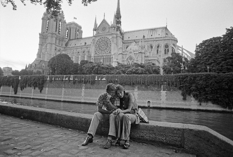 A couple embraces in front of the Notre Dame, Ile-de-France. Photo: Bruno Barbey / Magnum Photos