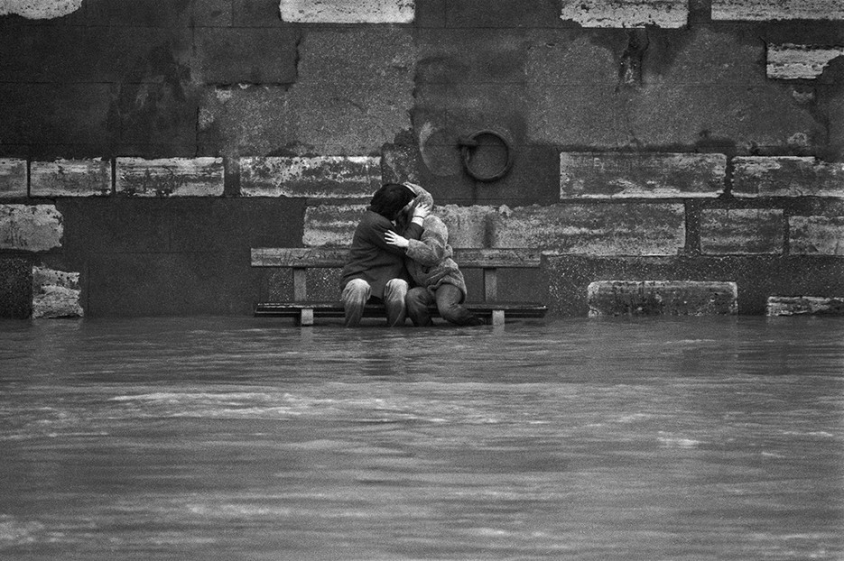 Kissing during the flooding of the Seine in 1978. Photo: Patrick Zachmann / Magnum Photos