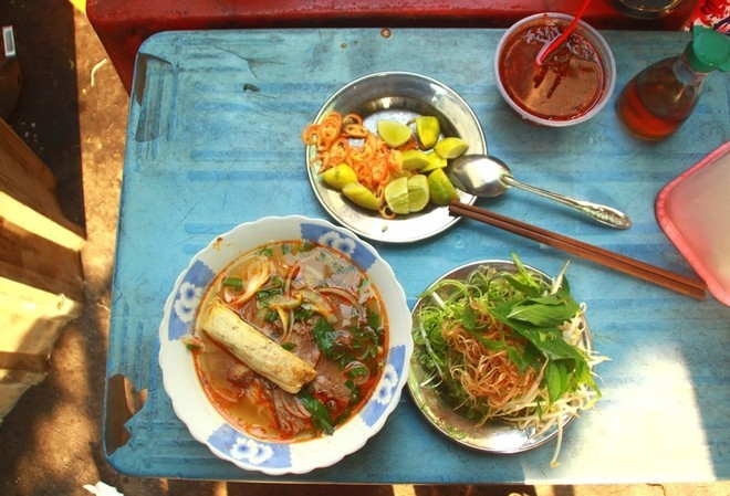 saigon-way-of-life-breakfast-in-alley-bun-bo-Hue7