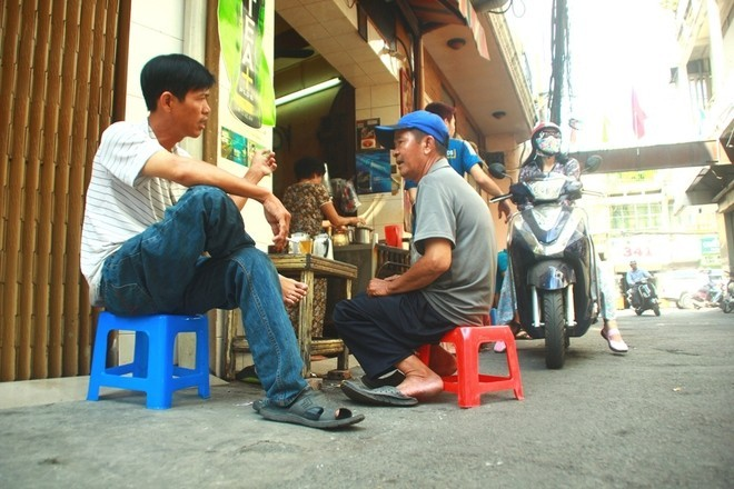 saigon-way-of-life-breakfast-in-alley-caphe-vot10