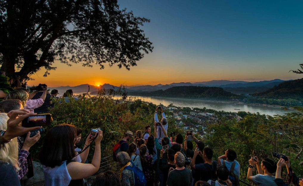 phu si hill luang prabang phousi mount sunset watching