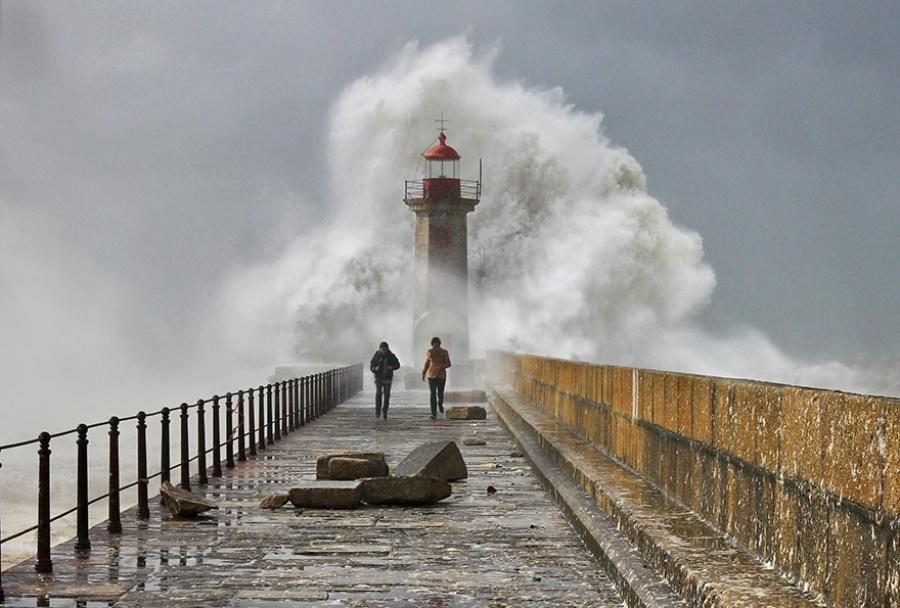27 incredible lighthouses - Nazaré, Portugal