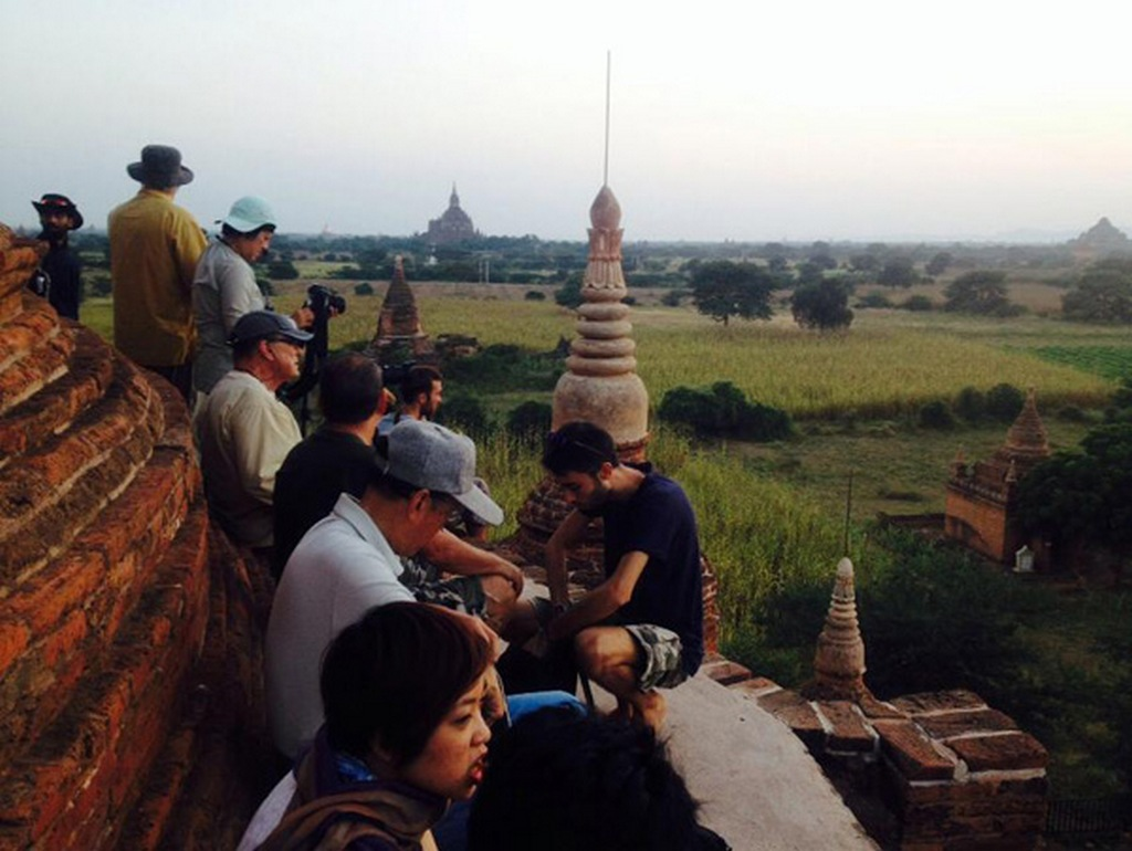 At the crack of dawn, crowds of tourists have flocked to select the best position to view the sunrise. Plentiful of photographers have a full hand ready to capture the most satisfactory images_Bagan travel guide_source Ngoisao.net