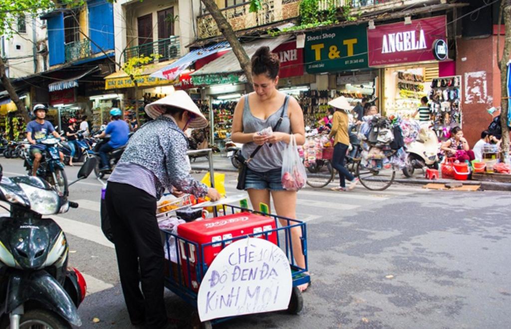 Danikia greatly enjoy sweet black bean tea on the pavemeny_nguon: Nguyen Chi