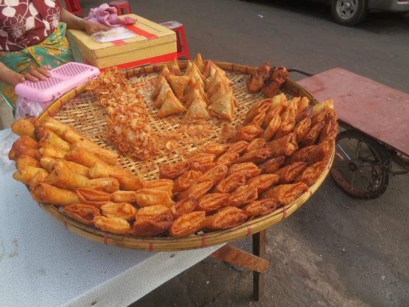 Street food in Myanmar can be a bit greasy as they like deep fried food. However, the taste is irresistible Photo: lthforum
