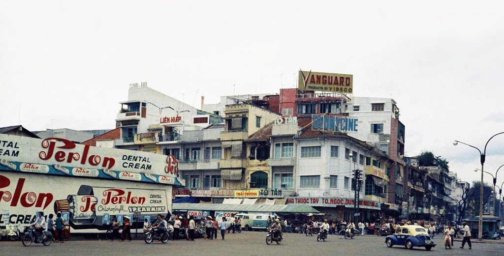 Le Loi Boulevard (rightside) and a corner of Ben Thanh Market (leftside)_Ho Chi Minh pictures_source: buffalotrip.com