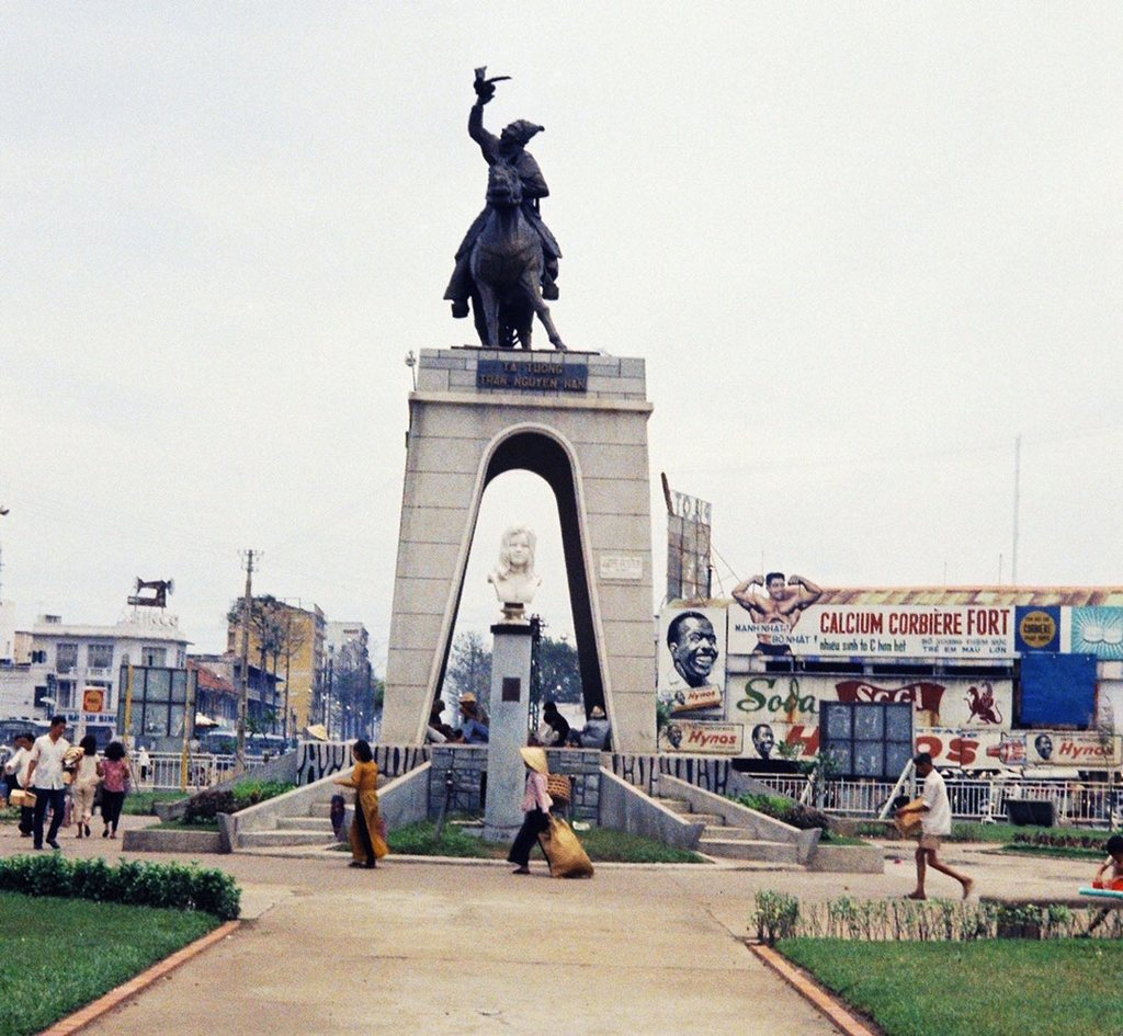 Statue of Buddhist Quach Thi Trang and General Tran Nguyen Han in front of Ben Thanh Market_Ho Chi Minh pictures_source: buffalotrip.com