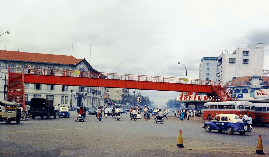 Pedestrian Overpass connects Quach Thi Trang roundabout with the bus stop in front of Ben Thanh_Ho Chi Minh pictures_source: buffalotrip.com