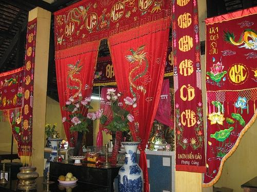 Inside An Son Temple. Photo: canhdepcondao.blogspot.com