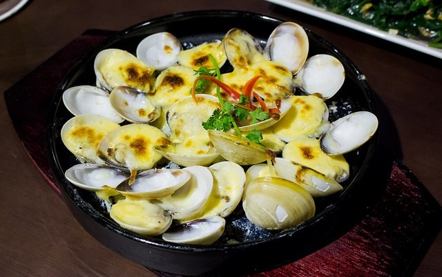 The irresistible grilled clams with garlic cheese. Photo: Thao Nghi