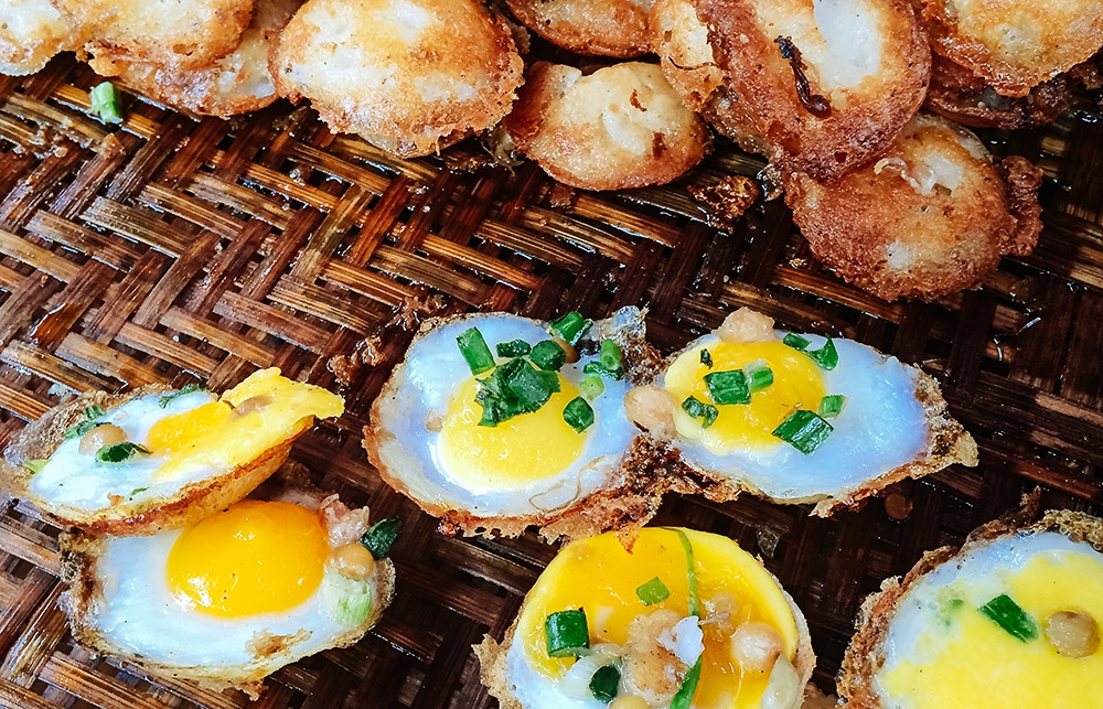 Mont Lin Ma Yar - made of rice flour, deep-fried, then covered with quail egg, spring onion and roasted chickpea Photo: dichoi.com