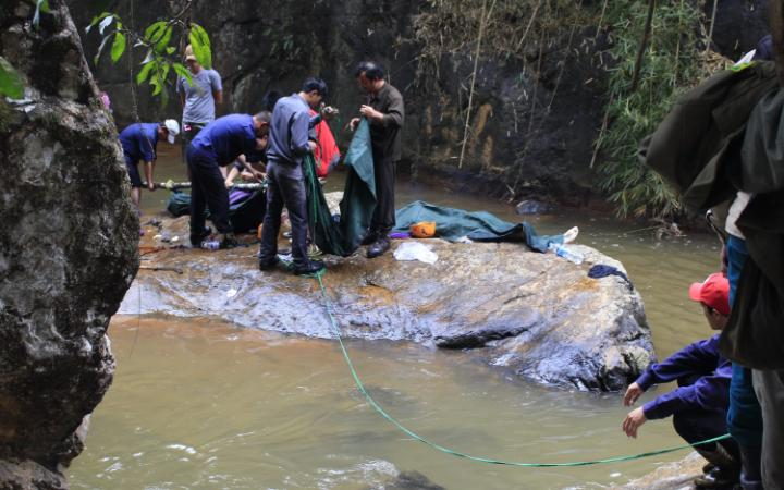 Rescuers prepare to move the bodies of three British tourists killed at the waterfalls CREDIT GETTY