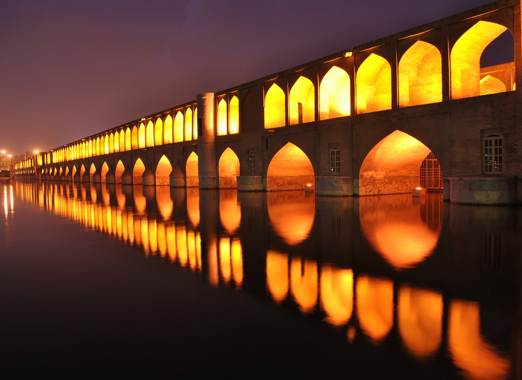 Si-o-seh pol bridge when night falls – Photo: wiki