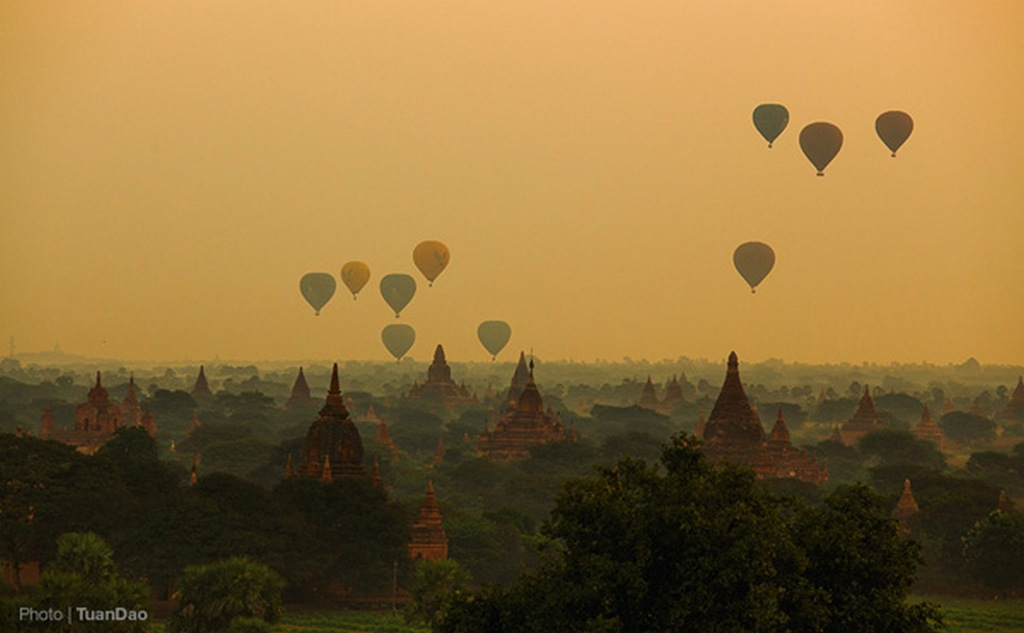 The airships began to be released to greet the first arrays of dawn_Bagan travel guide_source: Tuan Dao