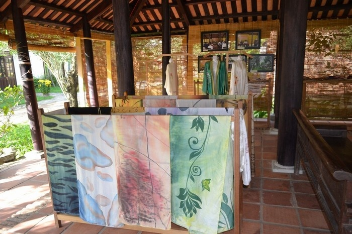 The exhibition area of elagant products_Hoi An silk village tour guide_souce my tour.vn