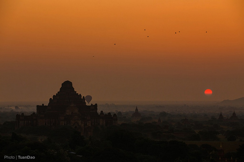 The sun slowly gradually appeared on the horizon beyond the full admiration of guests_Bagan travel guide_source: Tuan Dao