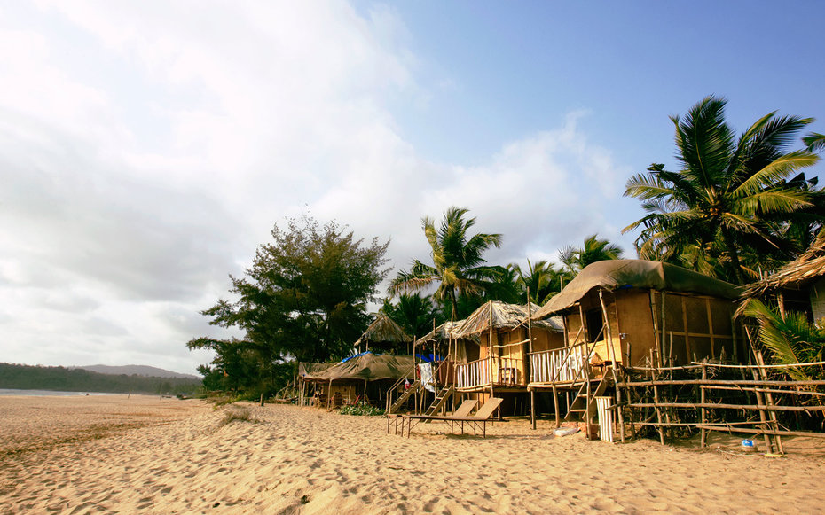 India, Goa, beach huts on Agonda Beach. (c) Sydney James