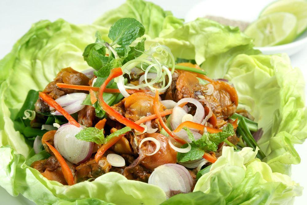 A tasty portion of blood cookle salad Photo: hoangyencuisine