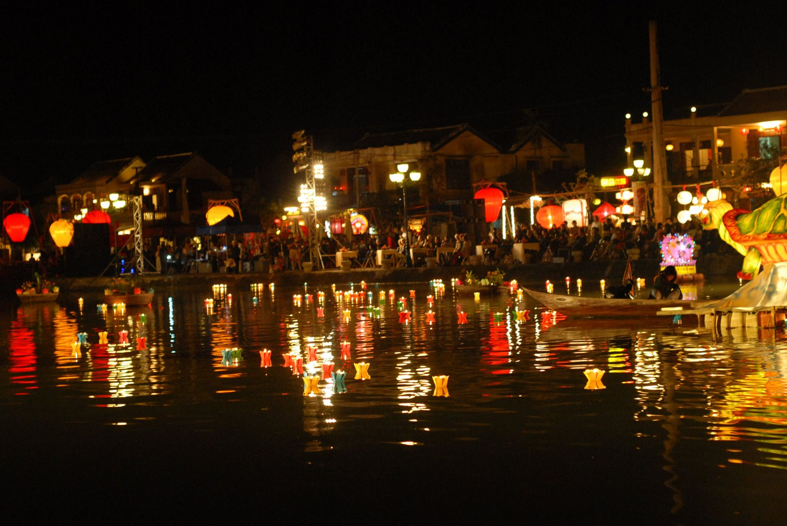 flower garlands and coloured lanterns on Hoai river_source disanquangnam.vn