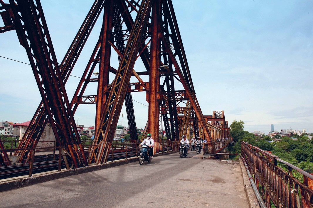 french colonial long-bien-bridge-hanoi vietnam guide maps hanoi tourist attractions hanoi tourist information top things to do in hanoi tours 23