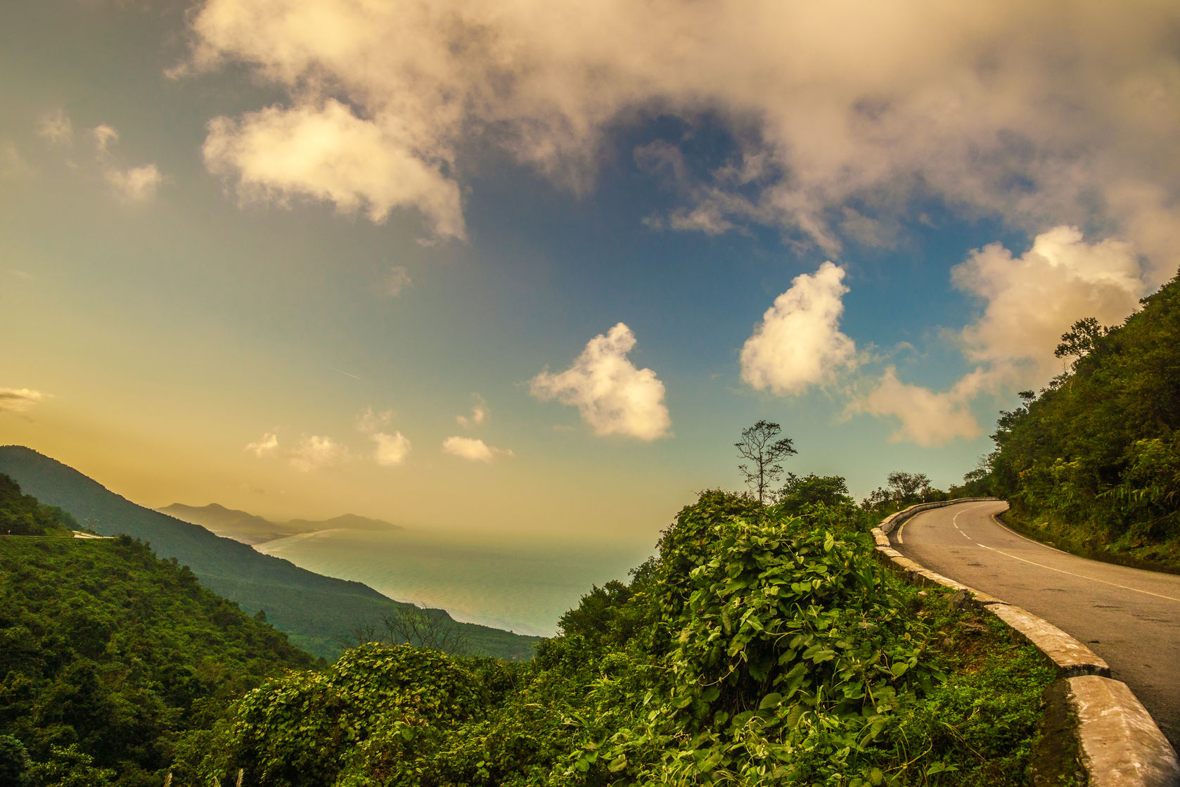 The Guardian, UK magazine, has listed Hai Van (Sea Cloud)Pass in Vietnam among the top 10 great scenic drives in the world. Source: the internet