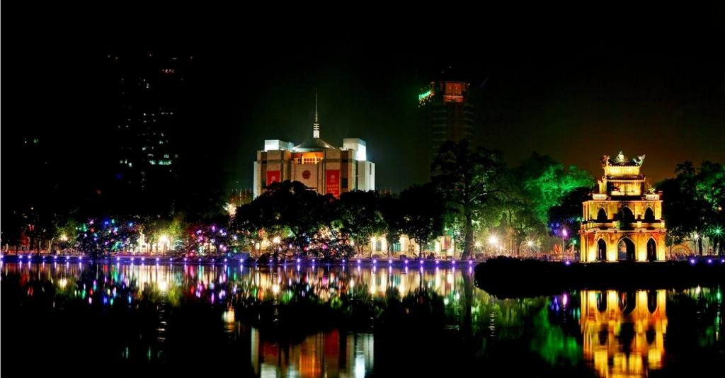 hoan kiem lake hanoi at night
