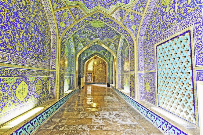 Inside Sheikh Loftollah Mosque in Isfahan – Photo: shutterstock