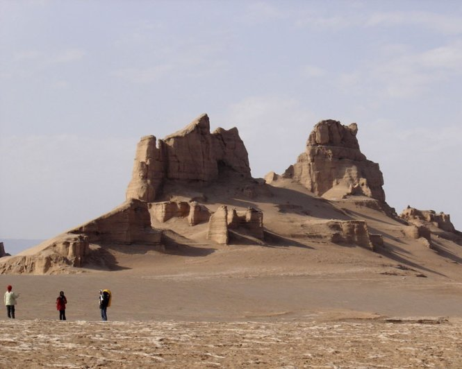 The tourists visit Kalut City in Dasht-e Loot desert, southeastern Iran – Photo: allempires