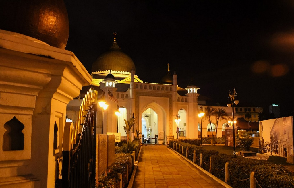 Kapitan Keling Mosque at night. Source: thepoortraveler.