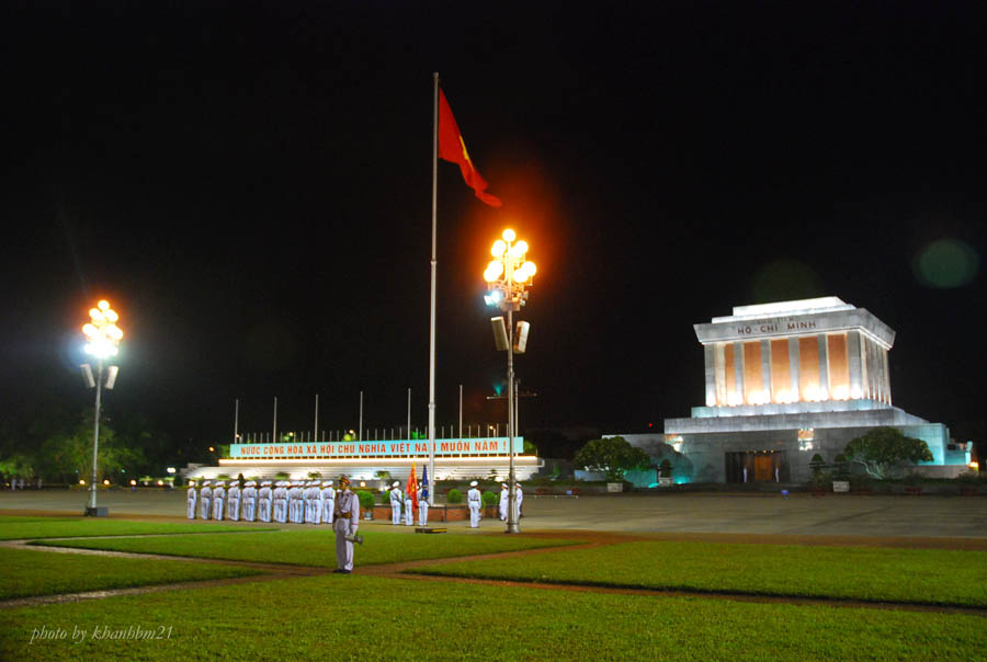 lowering flag at ho chi minh masoleum