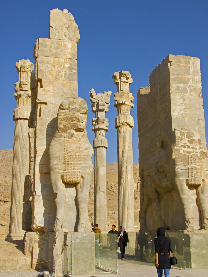 Tourists visit the ruins of Persepolis – Photo: wp