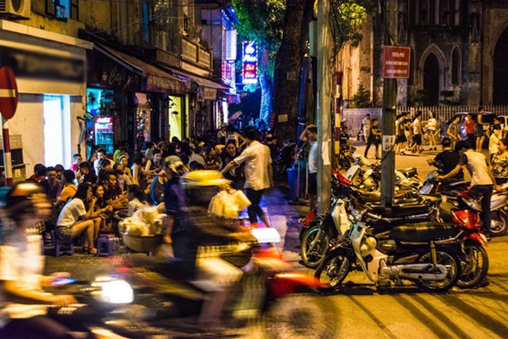 restaurants on the pavement_nguon: Nguyen Chi