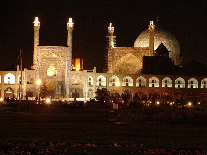 Sheikh Loftollah Mosque in Isfahan becomes sparkling when night falls – Photo: wiki