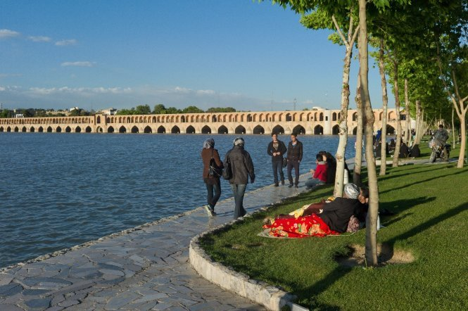 Si-o-seh pol bridge, an ideal place to relax of Isfahan people – Photo: wiki
