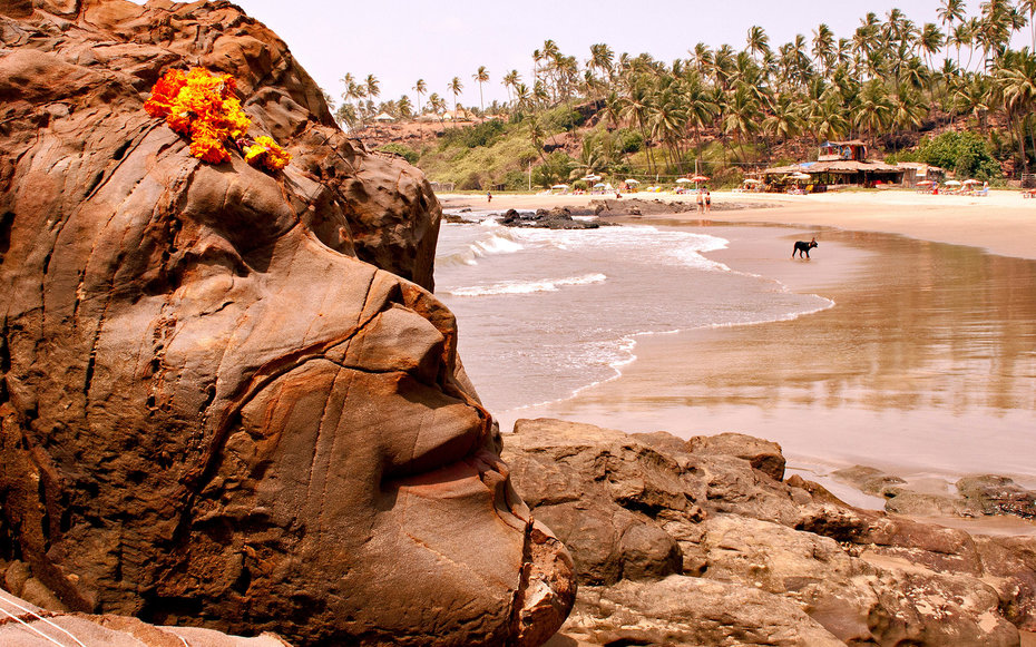 F0G3DP Shiva Rock Carving at Vagator Beach Goa India. Credit image © Mike V / Alamy Stock Photo