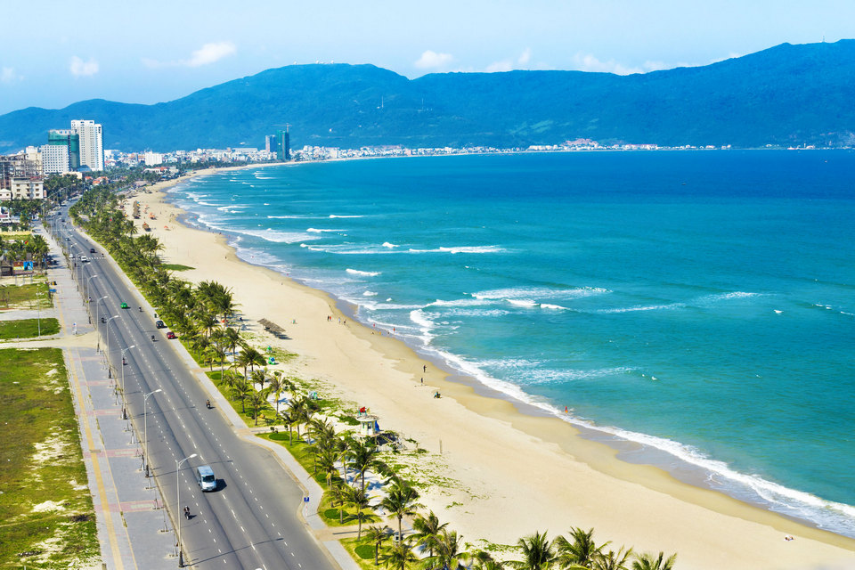 Danang-beach-stretching-nearly-60km-usually-located-in-the-resort-of-Da-Nang_fivebest_tropicallife