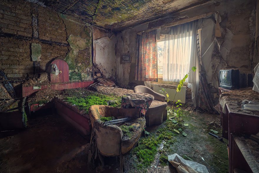 A room in an abandoned hotel.